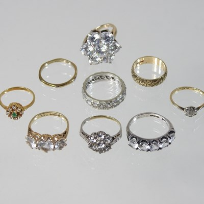 Lot 21 - A gold and platinum set diamond cluster ring