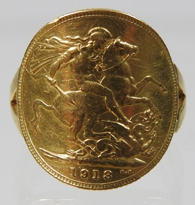 Lot 17 - An unmarked sovereign ring