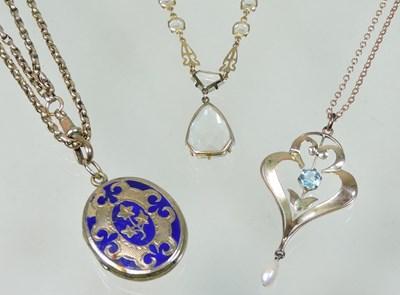 Lot 34 - A rose coloured pendant necklace