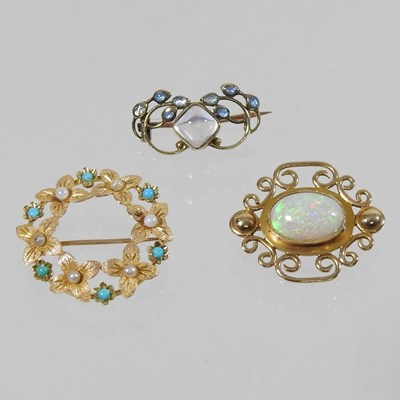 Lot 46 - A 15 carat gold moonstone brooch